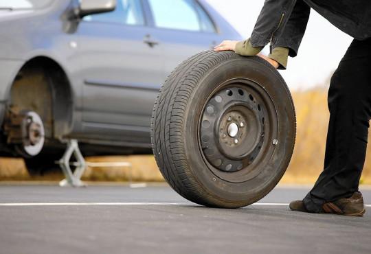 හදිසියේ වාහනයේ හුළං ගිය අවස්ථාවකට ඔබ සූදානම්ද? In case of a tyre puncture, are you ready ?
